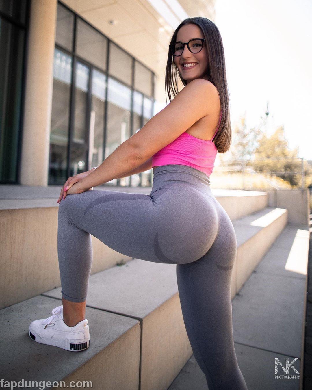 Laramarieconrads Tits